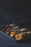 Schokoladenpfannkuchen auf rostigem tinwere auf verkratzter Tafel Lizenzfreie Stockbilder