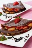 Schokoladenpfannkuchen mit Frucht stockbild
