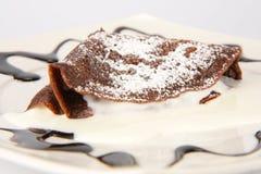 Schokoladenpfannkuchen mit homogenisiertem Käse lizenzfreie stockbilder