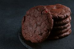 Schokoladenplätzchen auf dunklem Hintergrund Schokoladenkuchenplätzchenstapel stockfoto