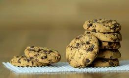 Schokoladenplätzchen auf hölzernem Hintergrund Weicher Fokus Stockfotografie