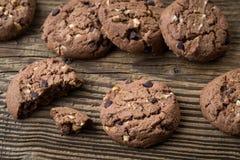 Schokoladenplätzchen auf Holztisch Schokolade Chip Cookies Stockfoto