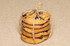 Schokoladenplätzchen bessert aus und zerkrümelt auf Hintergrundleinwand stockfotos