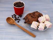Schokoladenplätzchen haftet mit Eibischen auf blauem Hintergrund lizenzfreie stockfotos