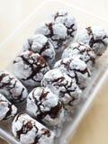 Schokoladenplätzchen im Puderzucker lizenzfreie stockfotografie