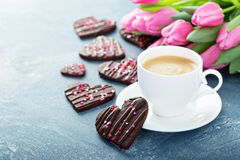 Schokoladenplätzchen mit besprüht für Valentinsgruß-Tag stockbilder