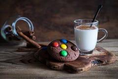 Schokoladenplätzchen mit bunten Süßigkeiten auf die Oberseite Lizenzfreie Stockfotos
