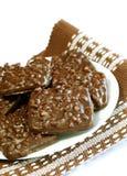 Schokoladenplätzchen mit den Muttern getrennt auf Weiß lizenzfreie stockfotos