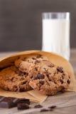 Schokoladenplätzchen mit einem Glas Milch Lizenzfreies Stockbild