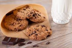 Schokoladenplätzchen mit einem Glas Milch Lizenzfreie Stockfotografie