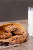 Schokoladenplätzchen mit einem Glas Milch Stockfotos