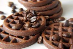 Schokoladenplätzchen mit Kakao - Bohnen Stockbild