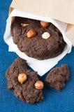 Schokoladenplätzchen mit Nüssen stockfoto