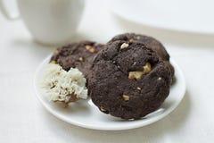 Schokoladenplätzchen mit Nüssen auf einem souser Lizenzfreies Stockbild