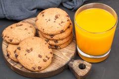 Schokoladenplätzchen mit Orangensaft Stockbilder