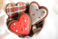 Schokoladenplätzchen mit roter und weißer Glasur lizenzfreie stockfotos