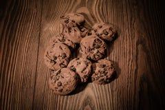 Schokoladenplätzchen mit Schokolade auf einem hölzernen Hintergrund 1 Lizenzfreies Stockbild