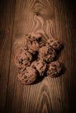 Schokoladenplätzchen mit Schokolade auf einem hölzernen Hintergrund 1 Lizenzfreies Stockfoto