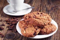 Schokoladenplätzchen und -kaffee Stockfotografie