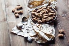 Schokoladenplätzchen und -löffel auf hölzernem Hintergrund Stockfoto