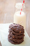 Schokoladenplätzchen und -milch Stockfotografie