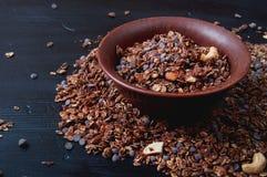 Schokoladenplätzchengranola mit Acajoubaum- und Mandelnüssen Stockfotos