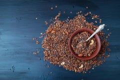 Schokoladenplätzchengranola mit Acajoubaum- und Mandelnüssen Lizenzfreies Stockfoto