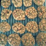Schokoladenplätzchenmischung, backende Formen und Bonbon schmücken auf weißem Hintergrund Lizenzfreies Stockbild