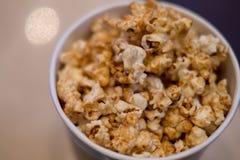 Schokoladenpopcorn auf dem Schlag bereit zum Aufschlag auf Filmzeit lizenzfreies stockfoto