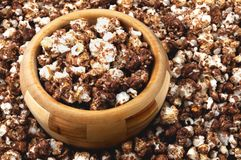 Schokoladenpopcorn in einer hölzernen Schüssel Stockfotos