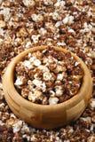Schokoladenpopcorn in einer hölzernen Schüssel Lizenzfreies Stockbild