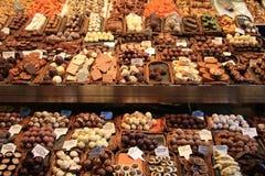 Schokoladenpralinen an einem Markt stockbilder