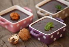Schokoladenpudding auf einem Holztisch Stockfotos