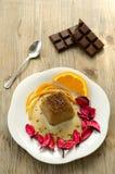 Schokoladenpudding auf hölzernem Hintergrund Stockfotos