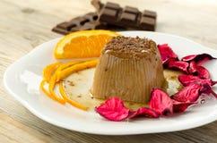 Schokoladenpudding auf hölzernem Hintergrund Lizenzfreies Stockbild