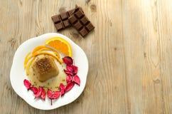 Schokoladenpudding auf Tabellenholz Stockbild