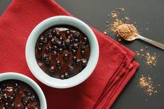 Schokoladenpudding mit Blaubeerdraufsicht Stockfotografie