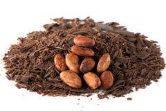 Schokoladenraspel und Kakaobohnen Stockfotos