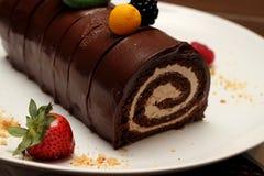 Schokoladenrollenkuchen mit Erdbeeren Stockbild