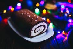 Schokoladenrollenweihnachtsklotz mit Sahne stockbild