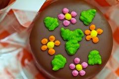 Schokoladensüßigkeit handgemacht über einem Plaidpapier Stockfotografie