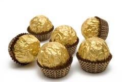 Schokoladensüßigkeiten sind in der Goldverpackung Lizenzfreies Stockfoto