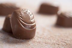 Schokoladensüßigkeiten spritzt ein Stockbild