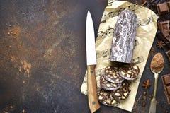 Schokoladensalami mit Keks und Nüssen Beschneidungspfad eingeschlossen lizenzfreie stockfotos