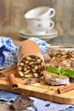Schokoladensalami mit Keksen lizenzfreies stockfoto