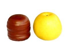 Schokoladenschaumgummikuß mit Apfel Lizenzfreie Stockbilder