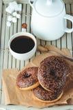 Schokoladenschaumgummiringe und Kaffee, Wochenendenmorgentabelle Frühstück auf einem hölzernen Behälter Transport-und Speditions- Stockbild