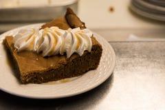 Schokoladenschokoladenkuchen auf einer weißen Platte Stockfotografie