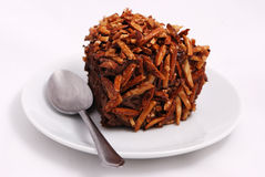 Schokoladenschokoladenkuchen auf weißem Hintergrund Lizenzfreies Stockfoto