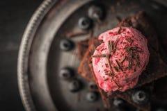 Schokoladenschokoladenkuchen mit Blaubeere und Eiscreme auf der Weinlese überziehen Draufsicht Lizenzfreie Stockfotografie